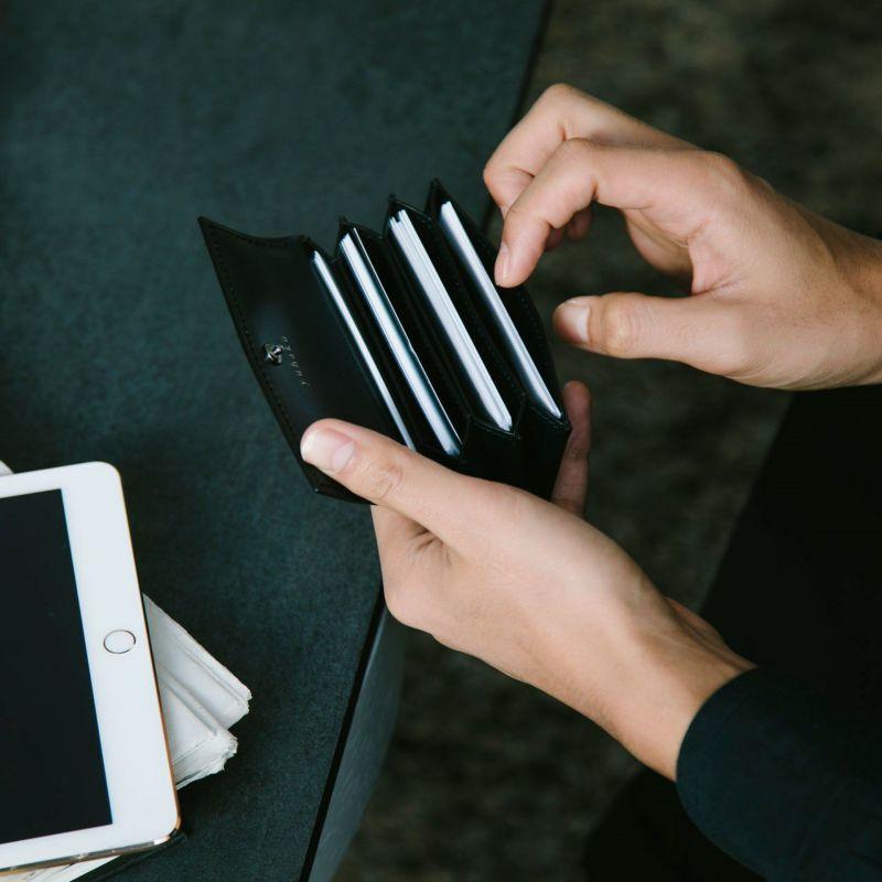 名刺のデザインは勿論のこと、ちょっとしたカード類も一緒に持ち歩きたいときは、カードポケット(カードスロット)の有無もチェックしておきたいですね。